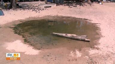 """Esgoto a céu aberto polui praia de Pajuçara - """"Lingua suja"""" tem sido alvo de reclamações dos turistas"""