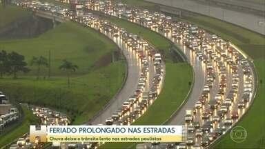 Chuva deixa o trânsito lento nas estradas paulistas - Mesmo com a chuva, muita gente deixou São Paulo em direção ao litoral.