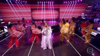 Luciano Tadino e as meninas da equipe apresentam a musica 'Mamma Mia' do ABBA - Luciano Tadino ensaia com o time para cantar no palco do 'Caldeirão'