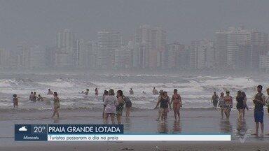 Turistas aproveitam tempo firme e sol em praia de Praia Grande - Cidade registrou movimento alto durante o feriado e o sábado.