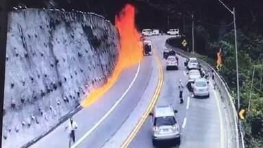Acidente com caminhão em rodovia de São Paulo causa pânico - Imagens de câmeras de segurança mostram quando um caminhão carregado com combustível tomba na Rodovia dos Tamoios e, em seguida, ocorre uma explosão. O motorista do caminhão morreu no local.