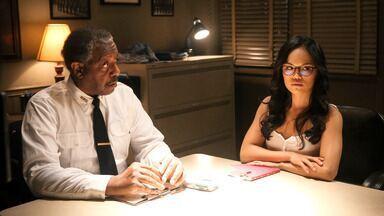 Jogos de Exclusão - Betty e J.D. são interrogados pela polícia. J.D. recebe mensagens anônimas no celular dele que o conectam aos crimes que cometeu.