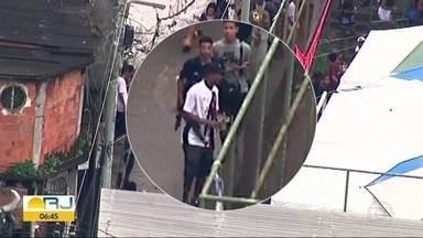 Flagrante mostra homem armado em festa no Morro do Campinho - Um homem armado estava circulando pela festa na comunidade da Zona Norte.