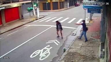 Homem mata moradora de rua a tiros após ela pedir dinheiro em Niterói (RJ) - Imagens de câmeras de segurança registraram o crime. Zilda Henrique dos Santos Leandro tinha 31 anos. Homem identificado pela polícia como autor dos disparos está preso.