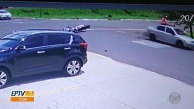 Motociclista cai sentada em cima de carro após colisão em Ribeirão Preto - Acidente ocorreu entre avenidas Carlos Eduardo de Gasperi Consoni e Norma Valério Correa.