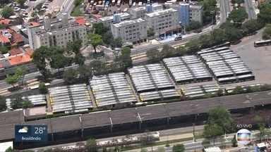 Paralisação de motoristas afeta 21 linhas de ônibus na Zona Leste da capital - A garagem da empresa Metrópole, na Zona Leste, está fechada desde a manhã desta quinta-feira (21).