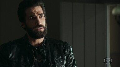 Fabiana mostra arma para Rael e ele a questiona - Rael se declara para Fabiana e os dois se beijam