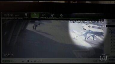 Polícia prende homem que agrediu e tentou matar adolescente em São Paulo - Câmeras de segurança registraram a agressão em uma das principais avenidas de Presidente Prudente, na tarde da última quarta (20). Segundo a polícia, os dois viviam juntos há seis meses e o homem, preso em flagrante, confessou que agrediu a mulher por ciúmes.
