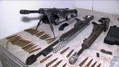 Polícia apreende mais de R$ 1,5 milhão em armas na Zona Leste de São Paulo - Fuzis, pistolas e até armamento anti-aéreo estavam escondidos em uma parede falsa destruída a marretadas.