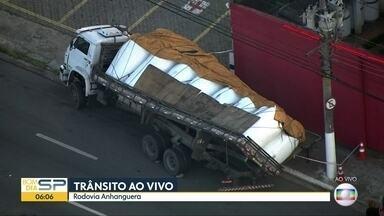 Carga de caminhão tomba em via paralela a Rodovia Anhanguera - O acidente aconteceu após a saída da Marginal Tietê.