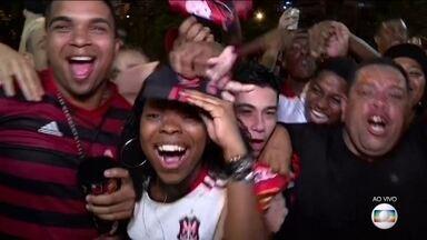 Torcida rubro-negra toma as ruas do Rio para a festa da vitória - Em Brasília, cerca de dez mil torcedores acompanharam o jogo no estádio Mané Garrincha. E teve festa também no Nordeste.