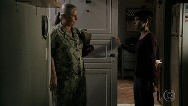 Nina desabafa seus traumas com Lucinda - Nina diz que Carminha tirou tudo de sua vida