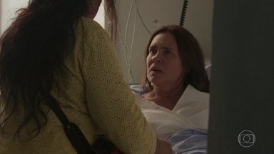 Lurdes ajuda Thelma, que descobre que tem um aneurisma cerebral - Thelma desmaia na rua e Lurdes a leva até um hospital