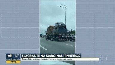 Caminhão transporta carro de forma irregular - Flagrante foi feito na Marginal Pinheiros.