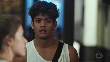 Cléber fica transtornado ao ver Tatoo e Anjinha conversando - Tatoo se aproxima da jovem para convencê-la a voltar para o show de Nanda e Raíssa