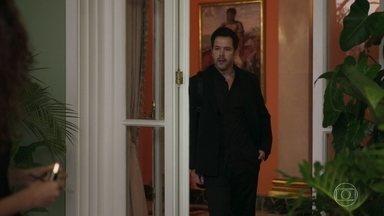 Raul anuncia a Lídia que Álvaro apresentará a nova namorada - Lídia pede que Érica a acompanhe na viagem com o marido