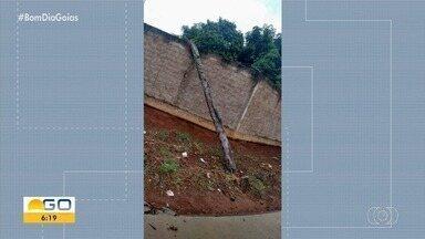 Moradora denuncia queda de poste no Buriti Sereno, em Aparecida de Goiânia - Segundo a denunciante, ele caminhão puxou fios e estrutura caiu dentro do quintal dela.