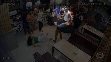 Dois homens envolvidos na agressão de uma mulher em Belo Horizonte se apresentam à polícia - A agressão foi registrada pelas câmeras de segurança de um bar. Como não cabia mais a prisão em flagrante, eles foram liberados.