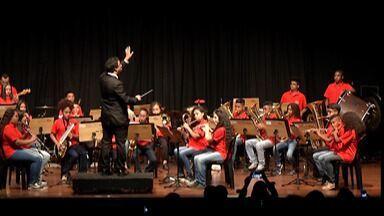 Pequenos Cantores se apresentam em teatro em Mogi - Alunos de escolas municipais que participam do projeto de música tocaram em apresentação no Theatro Vasques na noite de terça-feira (26).