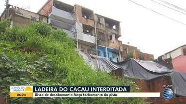 Ladeira do Cacau sofre interdição por causa de risco de desabamento de casas - Localidade foi uma das mais afetadas pela forte chuva que caiu capital baiana, na terça-feira (26).