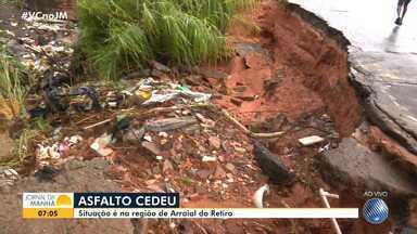 Alerta: Asfalto cede parcialmente no Arraial do Retiro após fortes chuvas - Bairro foi um dos mais atingidos pelo temporal que caiu na capital baiana na terça-feira (26).