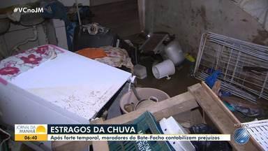 Moradores do Bate Facho tentam recuperar pertences após terem casas invadidas pela chuva - A comunidade, que fica no bairro do Imbuí, foi uma das mais atingidas pelo temporal que caiu na capital baiana na terça-feira (26).