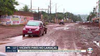 Táxis e carros de aplicativo evitam pegar passageiros em Vicente Pires - Ruas estão com crateras, lama e situação causa transtornos na região.