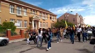 Greve dos professores estaduais chega a 10 dias - Passeatas e protestos seguem acontecendo nas cidades da região.