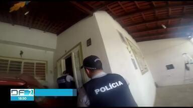 PM prende dois homens em flagrante roubando casa em Samambaia - Casal que mora no imóvel é idoso. Objetos já estavam separados para serem levados.