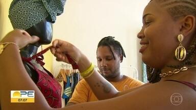 Artesãos negros encontram fonte de renda nas lições da ancestralidade - Empreendedorismo tem como inspiração a cultura afro e é motivo de orgulho.