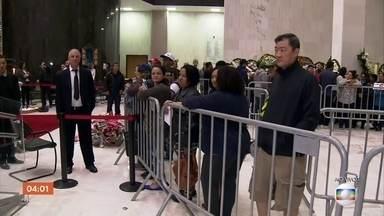 Fãs e amigos se despedem do apresentador Gugu Liberato - O corpo do apresentador Gugu Liberato é velado na Assembleia Legislativa de São Paulo.