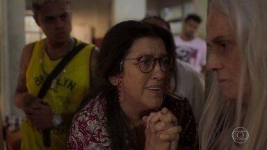 Lurdes implora para que Kátia revele o paradeiro de Domênico - Os filhos da babá se preocupam com o sumiço dela