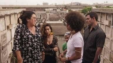 Lurdes se recusa a acreditar que Domênico está morto - Ela vai com os filhos até o cemitério indicado por Kátia