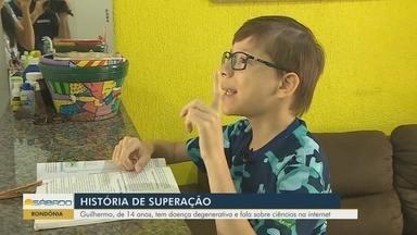 Conheça a história de superação de jovem de Rondônia - Ele tem uma doença degenerativa e fala sobre ciências na internet.