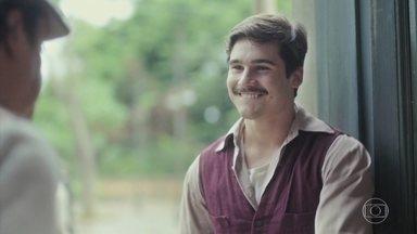 Alfredo procura Afonso e desabafa sobre a briga que teve com Júlio - Ele pede ajuda para conseguir emprego e avisa que pretende sair de casa