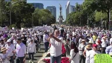 Milhares saem às ruas no México contra a violência - Manifestantes pedem mais ação do governo contra cartéis das drogas. Confrontos no fim de semana deixam 21 mortos.