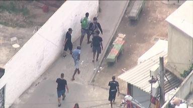 Globocop flagra bandidos tentando se esconder na Cidade de Deus, Zona Oeste do Rio - Flagrante foi durante uma operação da Polícia Militar para combater o tráfico de drogas.