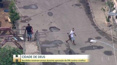 Polícia faz operação na Cidade de Deus e criminosos tentam escapar - Bandidos passaram armados em meio a moradores.