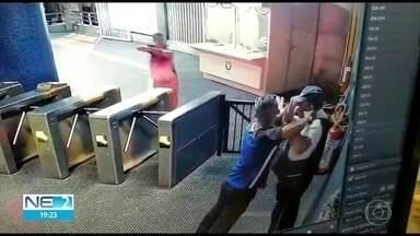 Jovem filmado roubando arma de vigilante do metrô é preso - O outro rapaz que participou da invetida na Estação Ipiranga, em Afogados, está foragido
