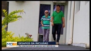 MG1 em Divinópolis aborda inclusão no Dia Internacional da Pessoa com Deficiência - Conheça a história de Douglas, que tem 35 anos e perdeu o trabalho há cinco meses. Desde então, tem andado pela cidade distribuindo currículos.