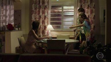 Carla pede que os filhos liguem para Filipe para saber de Rita - Thiago e Raíssa falam com a mãe sobre o sumiço de Rita