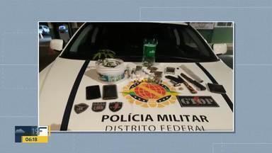Quatro homens são presos por tráfico de drogas no Gama - Os policiais encontraram um carregador de pistola com 9 munições, uma balança de precisão, um pé de maconha, drogas e duas facas. Os homens estavam perto de uma casa conhecida como ponto de tráfico no Setor Leste do Gama.