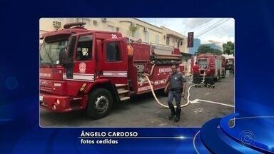 Hotel é esvaziado após princípio de incêndio em Araçatuba - Um princípio de incêndio atingiu um dos quartos de um hotel, na tarde desta quarta-feira (4), em Araçatuba (SP). Por causa da quantidade de fumaça, o local precisou ser esvaziado.