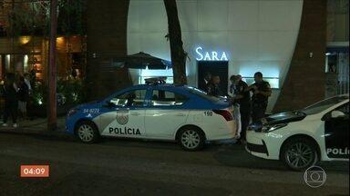 Assalto a joalheria no RJ termina com perseguição e troca de tiros - Durante a fuga, os criminosos trocaram tiros com a polícia. Dois bandidos foram presos.