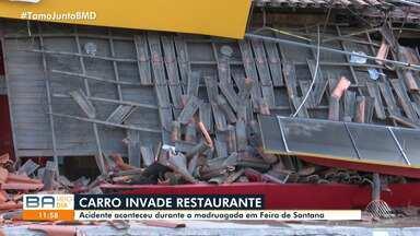 Carro invade restaurante na madrugada desta sexta-feira, em Feira de Santana - Parte do telhado do estabelecimento caiu após a batida. O motorista e o veículo não foram encontrados no local do acidente.