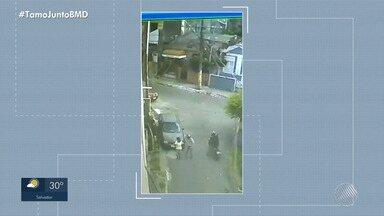 Flagrante: Câmera de segurança registra mulher sendo assaltada em Engenho Velho de Brotas - Dois bandidos estavam em cima de uma moto. Moradores da região reclamam de constantes assaltos no bairro.
