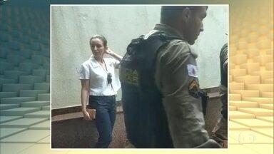 Mulher é detida por injúria racial contra taxista em BH - Ela disse que não andaria com um negro e cuspiu no pé do motorista, segundo ocorrência. Motorista de 51 anos acionou a polícia.