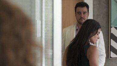 Joaquim se desespera com flagra e corre atrás de Rita - Rita vê Joaquim aos beijos com a secretária no consultório