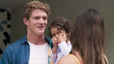 Filipe fica sem graça ao lado de Leila - Uma mulher vê Leila e Filipe com Nina e diz que os três formam uma bela família