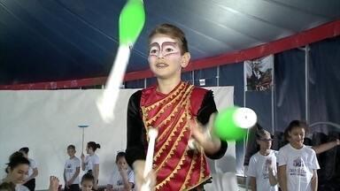 Parque de Diversões Beto Carreiro World tem projeto social para ensinar arte do circo - O projeto atende crianças e adolescentes com aulas gratuitas de acrobacias, malabarismos, contorcionismo, mágica e dança, em Santa Catarina.